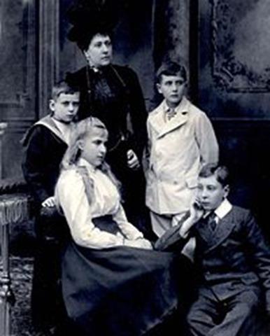 Victoria Eugenia con sus hermanos y su madre