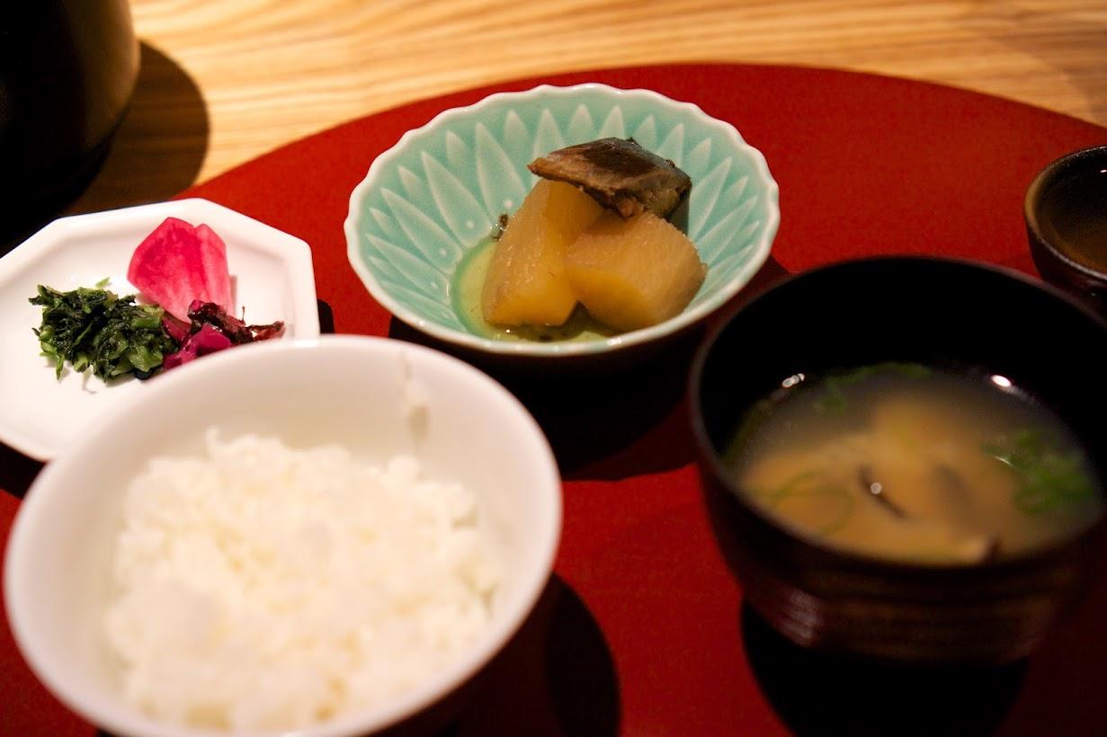 釜炊き白御飯(自社ブレンド米)、味噌汁:道産無添加味噌使用 しじみ汁、漬物:三種盛 鰤大根