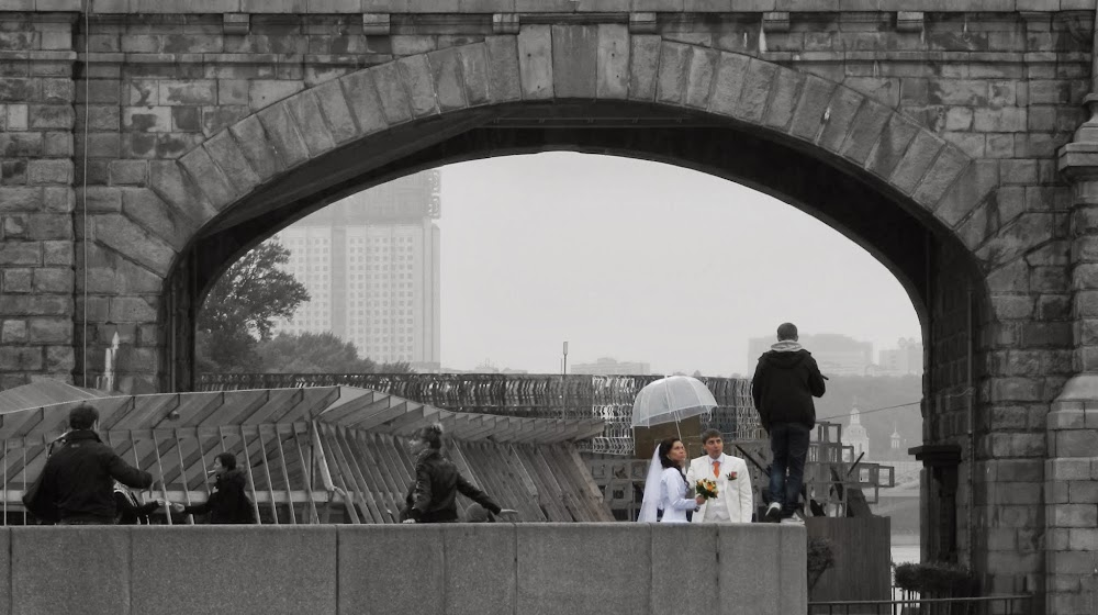 More newlyweds beside the Moscow River