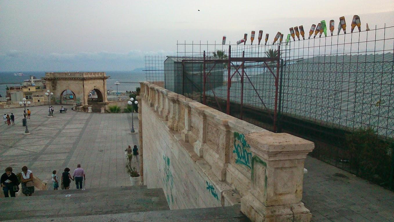 Бухают на площади старых ворот в Кальяри