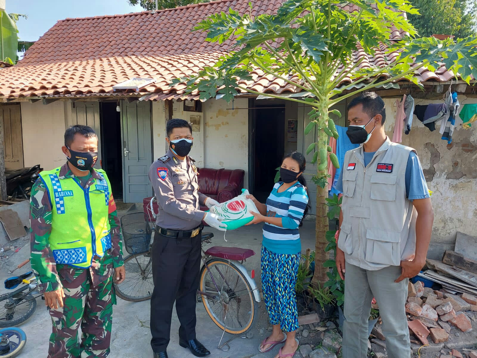 Lagi, Polres Klaten Baksos Bagi Sembako Kepada Warga Terdampak Pandemi Covid-19, Sasaran Para Pedagang Kecil dan Tukang Ojek