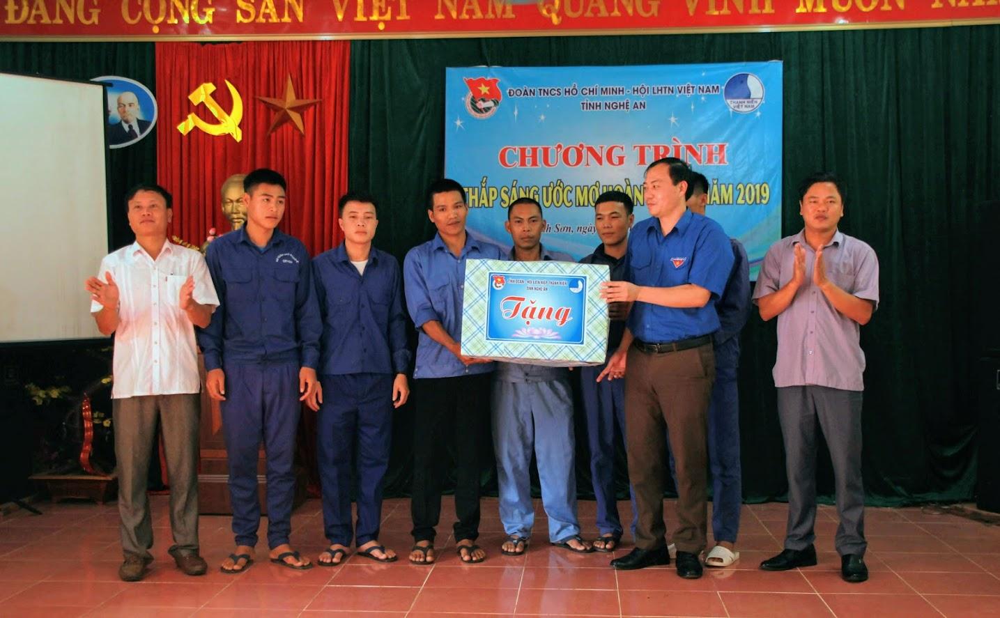 Đại diện tỉnh đoàn trao phần quà cho các học viên