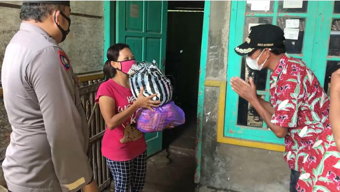 Anggota Koramil 13/Nogosari Bantu Penyaluran Bantuan Paket Sembako Ke warga Isolasi Mandiri