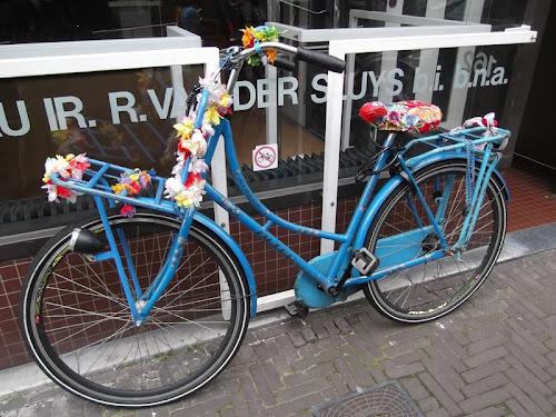 L'Aja. Bici colorata su  Noordeinde