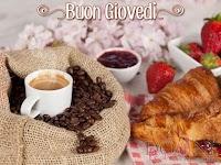 buon giovedi immagine con frase aforismo tazze caffe brioches cornetto fragole.jpg