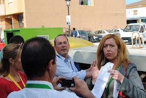 Alvarez y Lidia sacando papeletas de un contenedor en las puertas del colegio