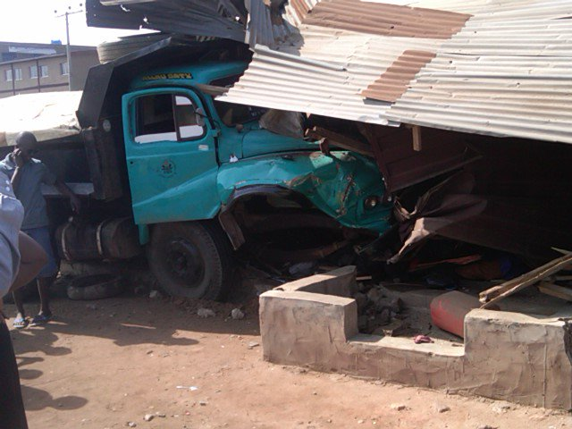 Driver escapes as truck crushes 4, injures 10 in Ibadan
