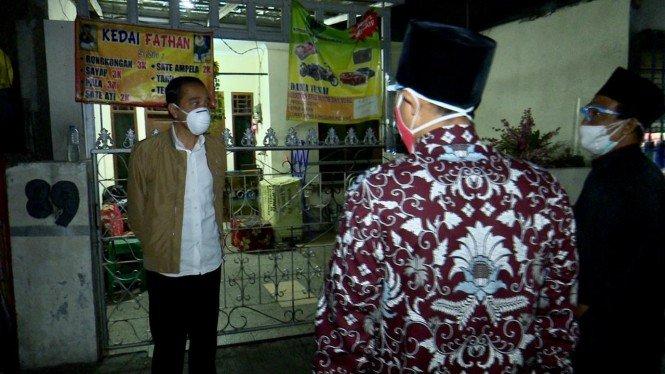 Malam-malam, Jokowi Bagikan Sendiri Obat Isoman Gratis ke Warga
