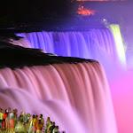 Ночью водопад подсвечивается прожекторами с канадской стороны