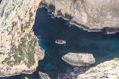 Geocaching auf Malta: Der Süden - Die Blaue Grotte: ein Touristenboot auf dem Weg in die Grotte
