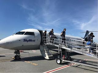 Mennesker som stiger ut av et lite jetfly.