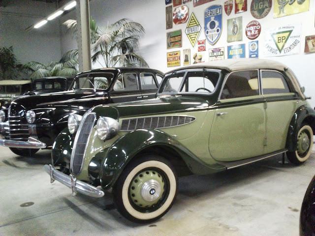 Gran colección de coches de otra época en Autoworld