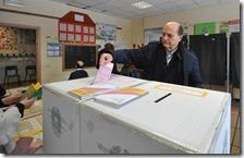 Pierluigi Bersani inserisce la scheda nell'urna