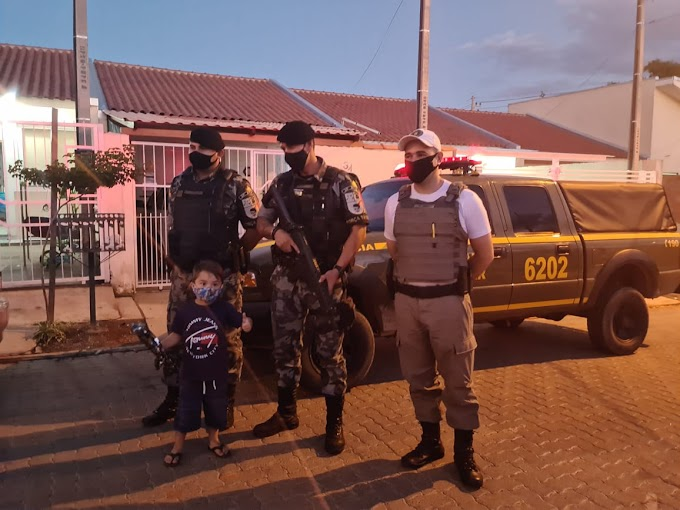 Aniversariante de 4 anos recebe visita surpresa da Brigada Militar em Cachoeirinha