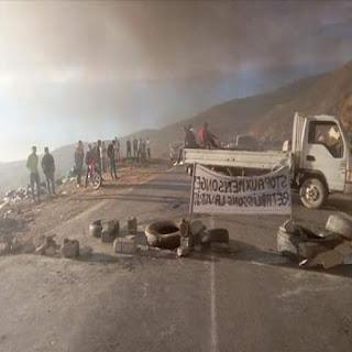 Tizi-Ouzou: rassemblement devant le siège de la CASNOS, RN12 fermée à Adekar