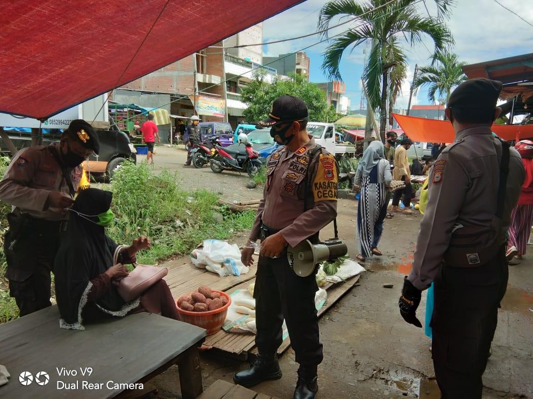Personil Sat Sabara Polres Soppeng Gelar Patroli Kemanan dan Bagi Masker Di Pasar Cabbenge