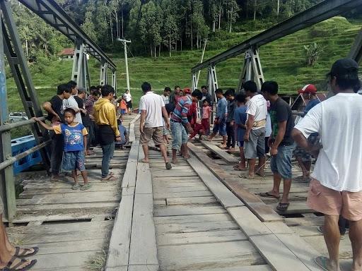 Jembatan Minanga Sa'dan Ambruk,  Satu Sepeda Motor Terjebak