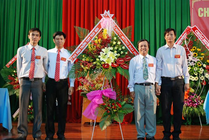 Đoàn trường tặng hoa chúc mừng ĐH