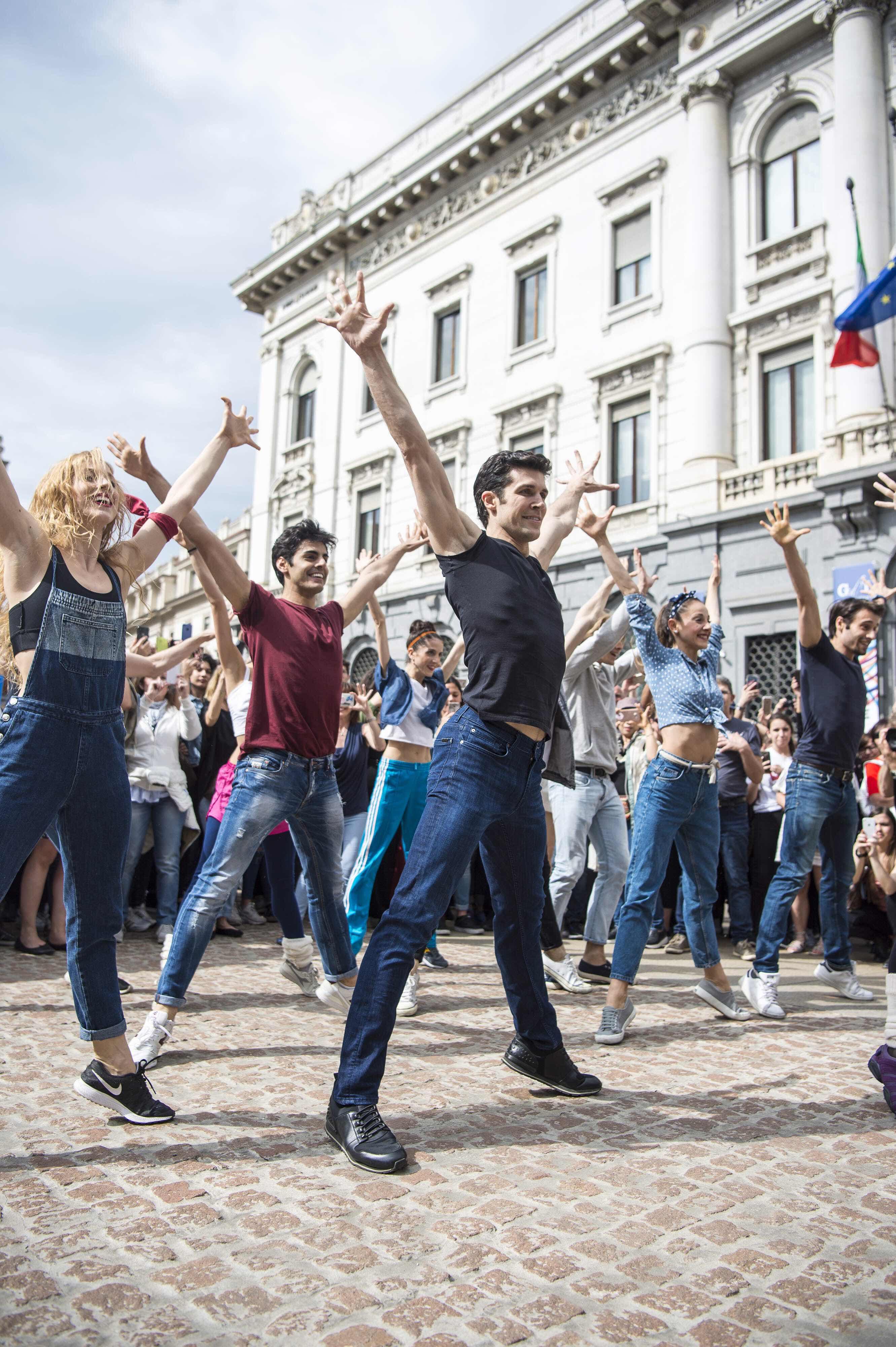 Flash mob di Roberto Bolle in Piazza della Scala
