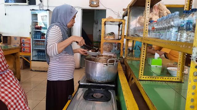 Ibu Haji Mupid masih turun tangan langsung.