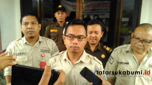Rizal Jamaludin bersama Tim penyidik tindak Pidana Khusus (Pidsus) Iriyanto Marpaung, Indra Soemarno, Pram Karisma// Foto : Isep Panji (31/1/2019)