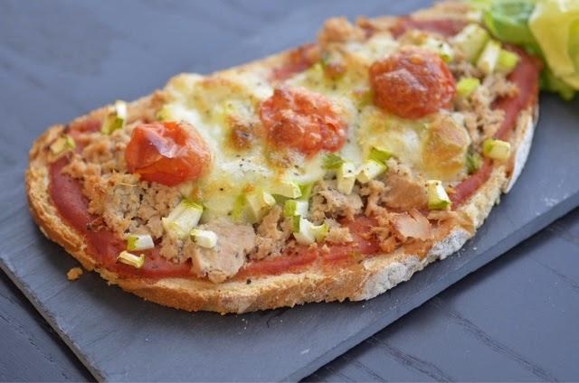 d 39 un coup de baguette magique tartines au thon fa on pizza. Black Bedroom Furniture Sets. Home Design Ideas