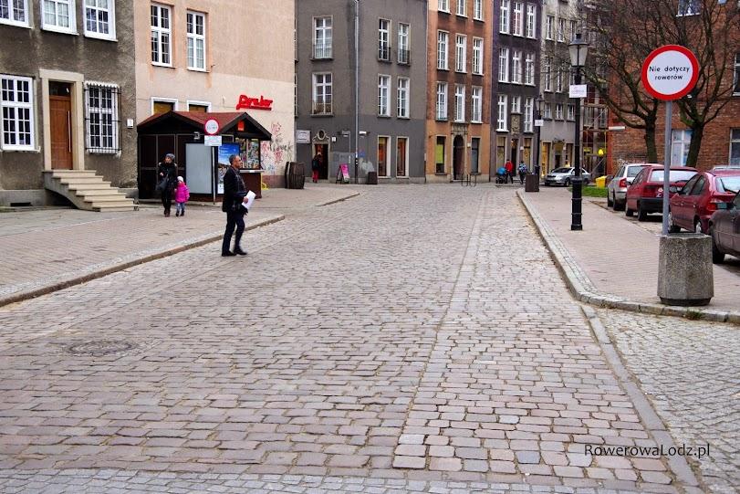 Konserwator zabytków pozwolił na wyznaczenie pasów ruchu dla rowerów. Ich nawierzchnia jest gładka.