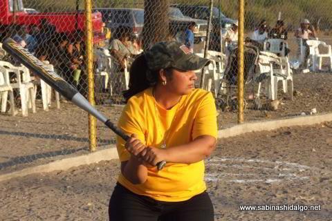 Yesenia Briseño bateando por Chicas Sertoma en el softbol femenil