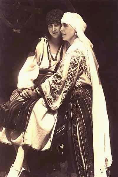 Regina Maria a României în costum popular - Queen Marie of Romania dressed in traditional costume