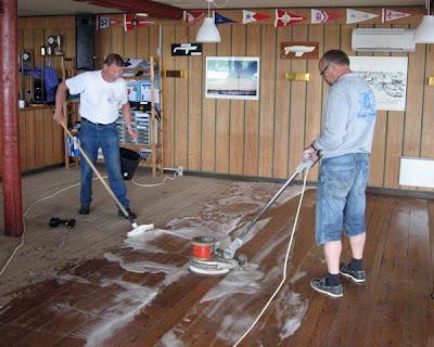 Klubhuset rengøres