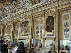 Hall filled with portraits of the kings and queens of France