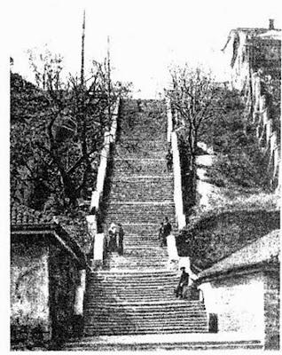 Металлическая лестница закрытого типа с двумя площадками