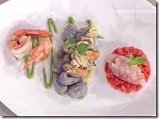 Gnocchi di patate viola con frutti di mare e gamberi