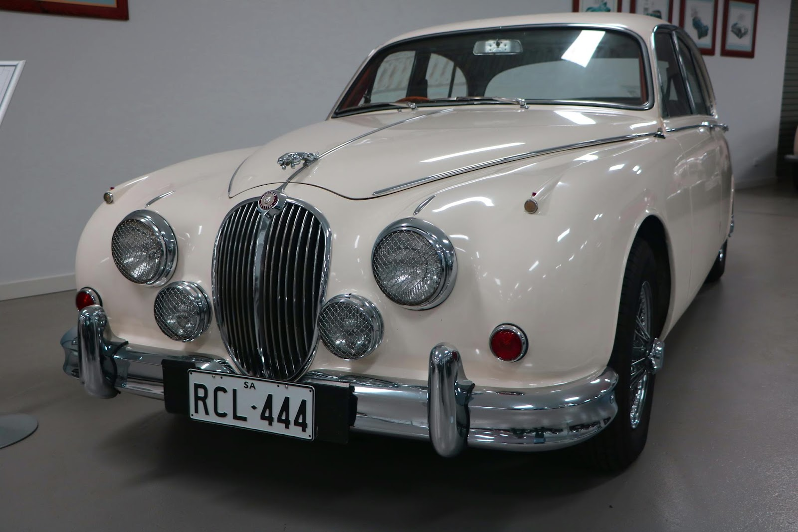 Carl_Lindner_Collection - 1965 Jaguar Mk II 3.8 Sedan 08.JPG