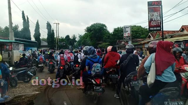 Jalan Purwadadi Subang Macet saat jam masuk kerja karyawan buruh pabrik