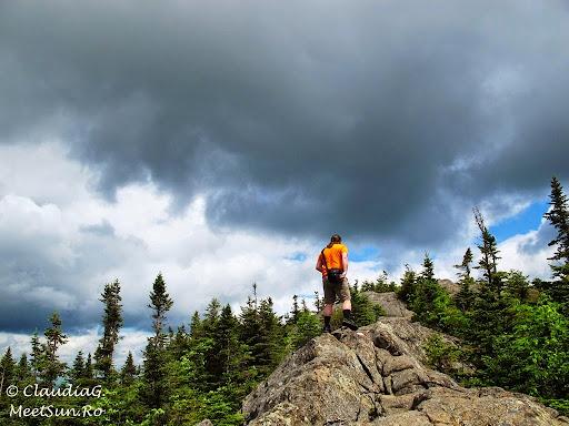 Tura la munte in Canada. Mont Orford.  pe o creasta stancoasa