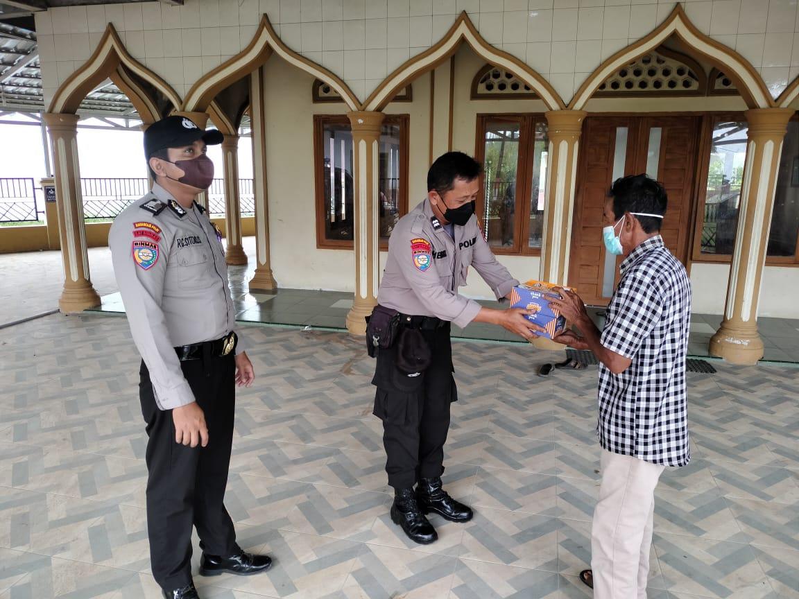 Polres Inhil Bagikan Sembako dan Nasi Bungkus Buat Penjaga Masjid
