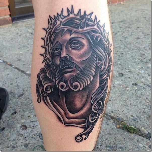 tatuaje_de_jesucristo_en_tonos_de_gris_en_la_patata_de_la_pierna