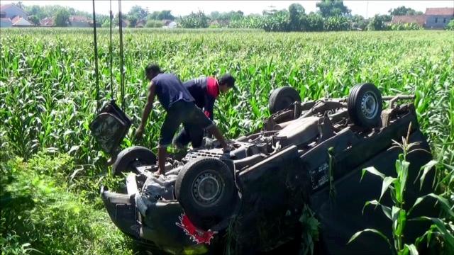 Sopir Kelelahan, Mobil Pick Up Terjun ke Ladang