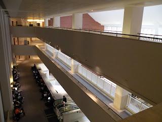 В библиотеке - несколько этажей. На 2-м этаже есть области для работы. Многие читатели - со своими ноутбуками.