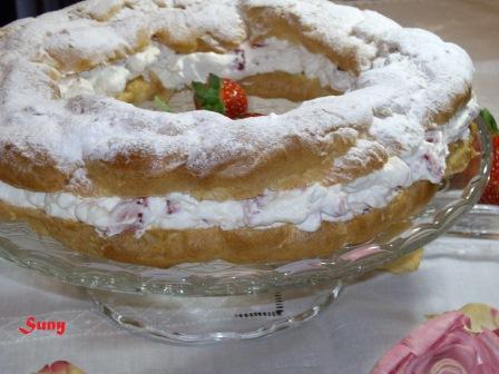 Corona de nata y fresas