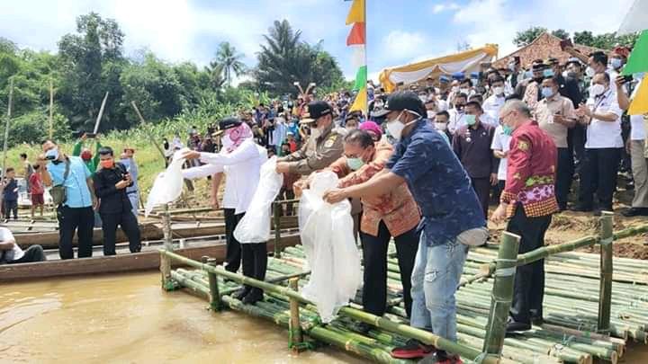 Gubernur Lampung Didampingi Bupati Tuba Tabur Benih Ikan aliran Way Tulang Bawang