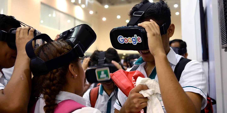 Varios estudiantes están probando dispositivos de Realidad Aumentada