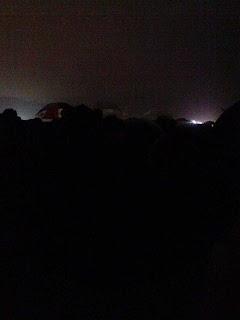 真っ暗、バス待ち行列