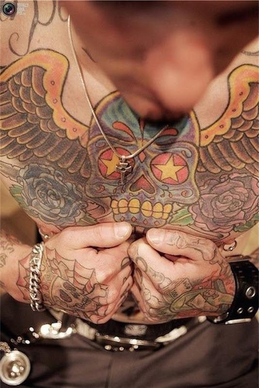 tradicional_açcar_crnio_tatuagem_no_peito