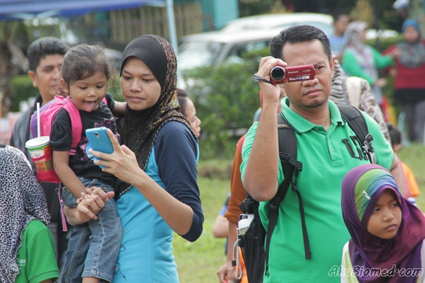 ibu bapa merakam aksi anak-anak bersukan