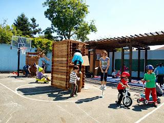 Recess scene forts Nina on pogo stick Léo Shunji on bikes