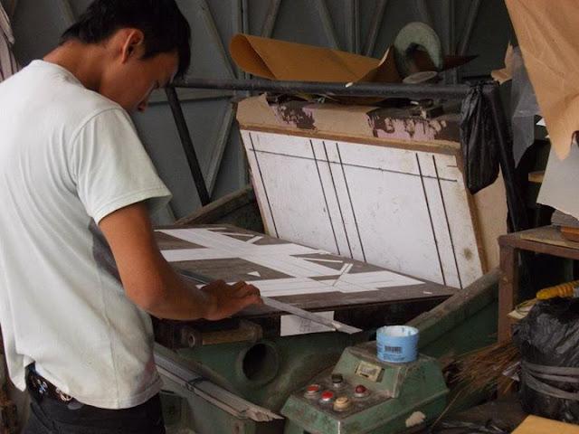 mesin pond dan pisau pond untuk membentuk kardus menjadi packaging box yang unik