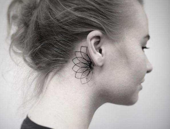 Este geométricas atrás da orelha tat