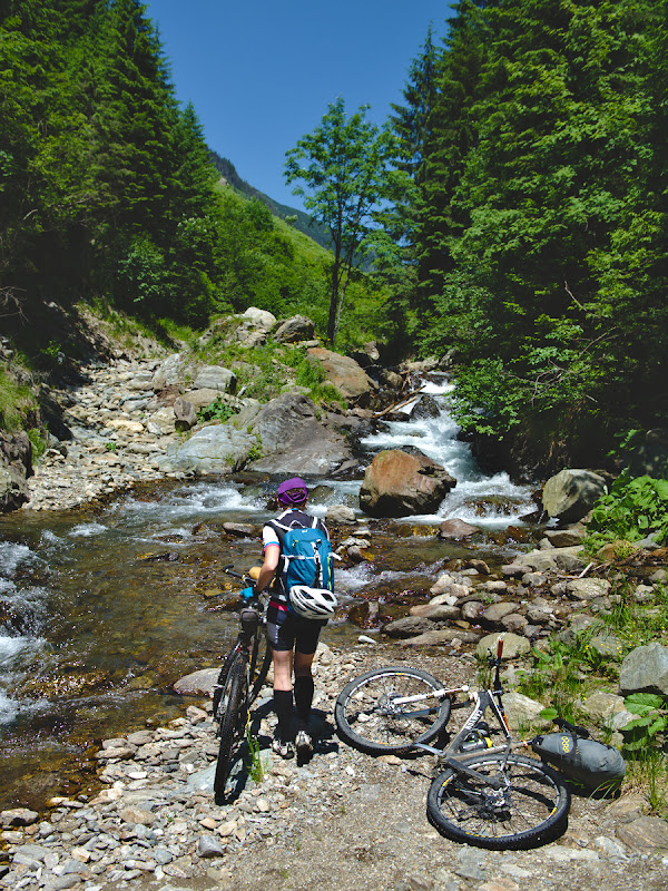 Locul in care se termina forestierul oficial de pe Valea Zarnei, si prima din cele 5 treceri prin apa inghetata a raului.